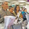 أوباما يشتري كتباً بصحبة ابنتيه