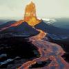 حمم بركان كيلاويا في هاواي تزحف نحو الغابات