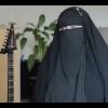 منقبة تلهب مواقع موسيقى الروك (فيديو)