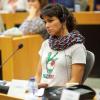 من هي هذه المرأة التي تحمل ألوان فلسطين؟