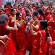 «تيج» يلون نساء الهند بالأحمر