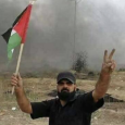 اسرائيل تقتل «ابو ثريا» على كرسيه المتحرك والعلم الفلسطيني بيده