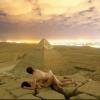 عاريان على قمة الأهرام