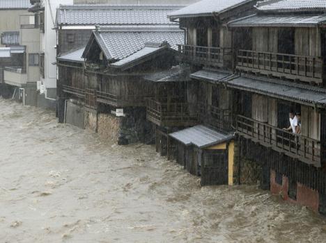 اليابان: إعصار هاغيبيس يجلب الدمار في طوكيو