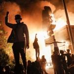 اميركا: ثورة الزنج ما بين العلم الأسود والعلم الأبيض